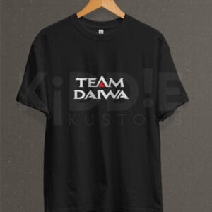 Remera Estampada Unisex Team Daiwa – Negra