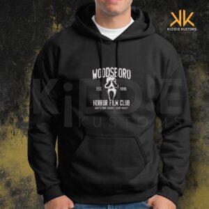 Buzo Estampado Hoodie Woodsboro Film Club – Negro